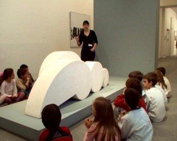 Diversos momentos en el desarrollo de la visita y el taller. Museo Reina Sofía, 2005.