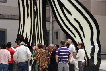 Grupo de adultos durante la actividad La pérdida del pedestal. Museo Reina Sofía, 2005