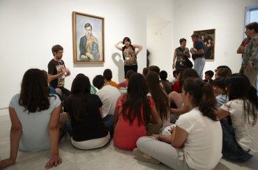 Alumnos de Primaria durante la visita dinamizada. Museo Reina Sofía, 2009.