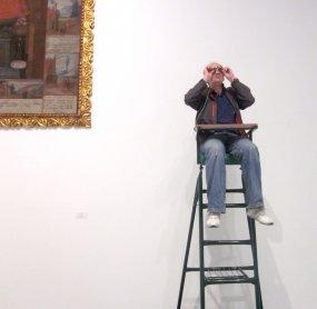 Miembro de Conect@ interactuando con una de las instalaciones de la exposición. Museo Reina Sofía, 2010.
