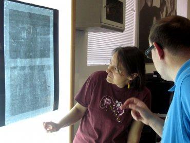 Personal del Departamento de Restauración comentando la radiografía de una obra. Museo Reina Sofía, 2010.