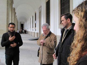 Varias personas ciegas asistiendo a una visita descriptiva. Museo Reina Sofía, 2010.