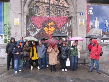 Fotografía del grupo Conect@ ante la fachada de la Tabacalera, 2011