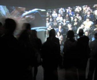 Grupo ante la videoinstalación El aplauso, de Antoni Muntadas, 2011.