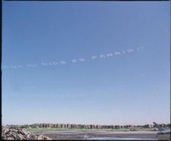 Paisaje de cielo azul con nubes formando letras