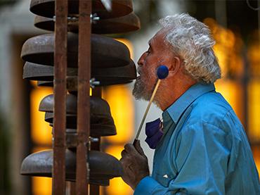 Llorenç Barber. Música volante en Edificio Sabatini, Jardín del Museo Reina Sofía, 2020. Fotografía: Joaquín Cortés/Román Lores © Museo Reina Sofía