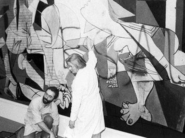 """Guernica después del ataque vandálico de Tony Shafrazi, con el graffiti """"Kill All Lies"""" sobre el mural. Nueva York, 1974."""