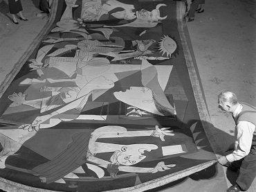 Guernica en el Musée des Arts Décoratifs, 1955  © Manuel Litran/Paris Match via Getty Images