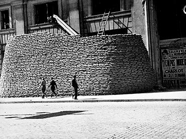 Juan Pando Barrero. Pirámide de sacos terreros cubre la Telefónica, 1938. Instituto del Patrimonio Cultural de España, Madrid, Ministerio de Cultura y Deporte.