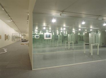 Exhibition view. Versiones del Sur: Cinco propuestas en torno al arte en América. F[r]icciones, 2000