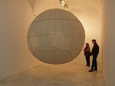 Vista de sala de la exposición Elizabeth Aro. Otro en el espejo, 2004