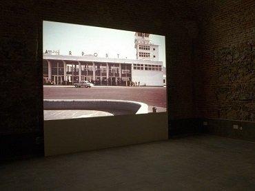 Vista de sala de la exposición. Mario García Torres. ¿Alguna vez has visto la nieve caer?, 2010