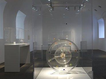 Vista de sala de la exposición. Georges Vantongerloo. Un anhelo de infinito, 2009