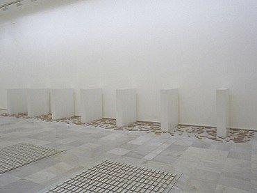 Exhibition view. Versiones del Sur: Cinco propuestas en torno al arte en América. No es sólo lo que ves: Pervirtiendo el minimalismo, 2000