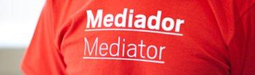 Los Mediadores culturales se distinguen por sus camisetas rojas