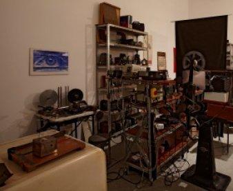 """Vista de sala de la """"Truca"""" de José Val del Omar"""