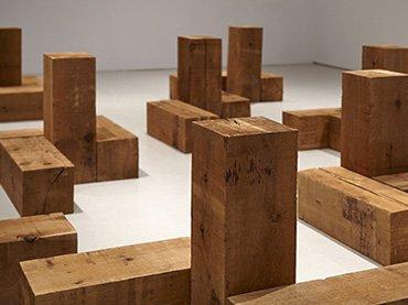 Vista de sala de la exposición. Carl Andre. Escultura como lugar, 1958-2010