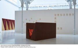 Vista de sala de la exposición de Franz Erhard Walther.Un lugar para el cuerpo