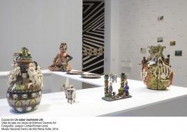 Vista de sala con obras de Ardmore Ceramic Art