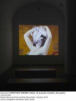 Vista de sala de la exposición Dorothea Tanning. Detrás de la puerta, invisible, otra puerta