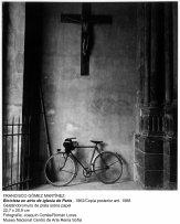 Bicicleta en atrio de iglesia de París. 1962. F.G.Martinez