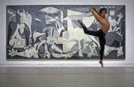 Josué Ullate interpreta Quiebro delante del Guernica