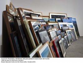 Vista de sala de la exposición Ficciones y territorios. Arte para pensar la nueva razón del mundo