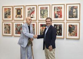 Enrique Herreros y Manuel Borja-Villel, tras las firma del acuerdo, delante de unas portadas de La Codorniz