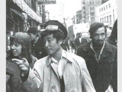 Nam June-Paik guiando un fluxtour. Nueva York, 1976