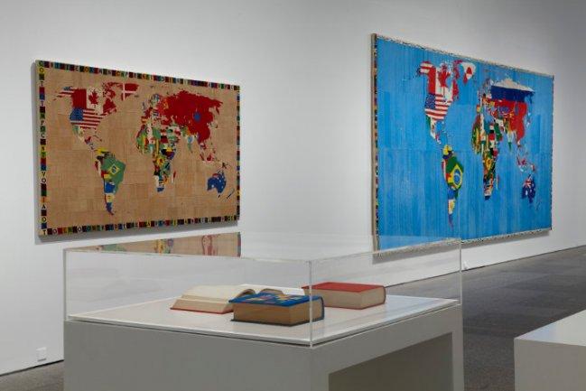 Vista de sala de la exposición alighiero boetti. estrategia de juego (Museo Reina Sofía, octubre 2011- febrero 2012), con los mapas globales tejidos en Afganistán