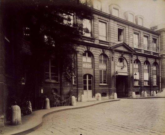 Eugène Atget. Hôtel de Roquelaure (Hotel de Roquelaure), 1906 (julio) / Copia de época. Albúmina (papel albuminado) sobre papel, Imagen a sangre: 17,8 x 21,3 cm