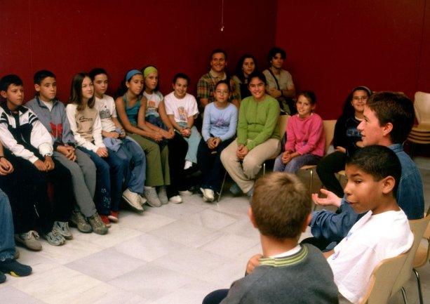 Recepción de los escolares en la sala de talleres por el equipo de Teatro de la Luna