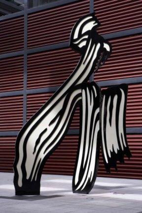 Roy Lichtenstein. Brushstroke (Pincelada), 1996. Soldadura, aluminio y pintura, 982 x 640 x 182 cm
