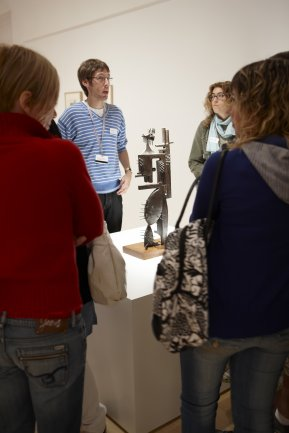 Visita de alumnos de Secundaria a la exposición Julio González. Museo Reina Sofía, 2009