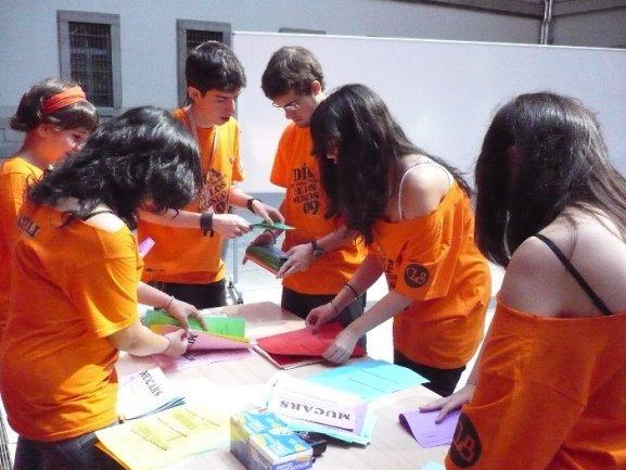 Miembros del Equipo preparando los materiales para MUCARS