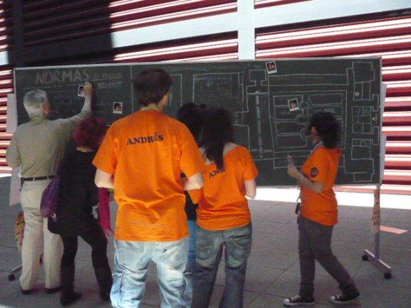 El público se acerca a intervenir en la pizarra incluyendo sus propuestas sobre el Museo