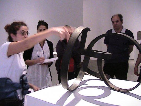 Miembro del grupo Conect@ explicando la obra de Oteiza, De la serie de la desocupación de la esfera, 1957. Museo Reina Sofía, 2011