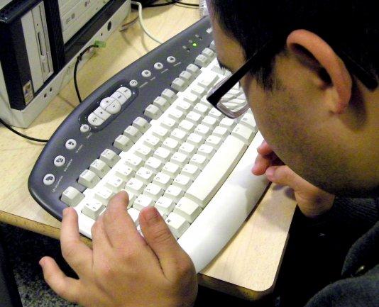 Miembro de Conect@ escribiendo uno de los artículos del libro. Museo Reina Sofía, 2011