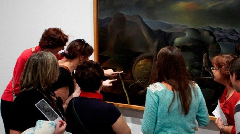 Grupo de personas con baja visión participando en una visita descriptiva