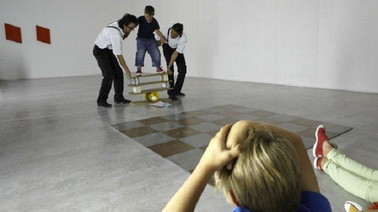Diferentes momentos de En la cuerda floja en el área Colección 3 De la revuelta a la posmodernidad (1962-1982)