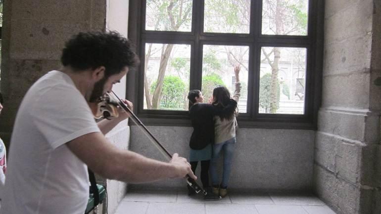 Propuesta multisensorial de trabajo con la luz, a través la exploración táctil, guiada por el violín de Raúl Márquez