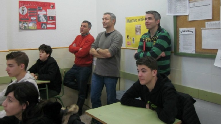 Varios docentes implicados ofrecen aportaciones en el transcurso de una sesión