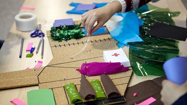 Instante de creación de una maqueta sobre la idea de nuevas relaciones sociales y desarrollos urbanísticos