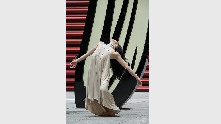 Melanie Olcina, performing choreography by Antonio Ruz, in front of Roy Lichtenstein's Brushstroke, Nouvel Patio, Dance Attacks. © Jesús Vallinas