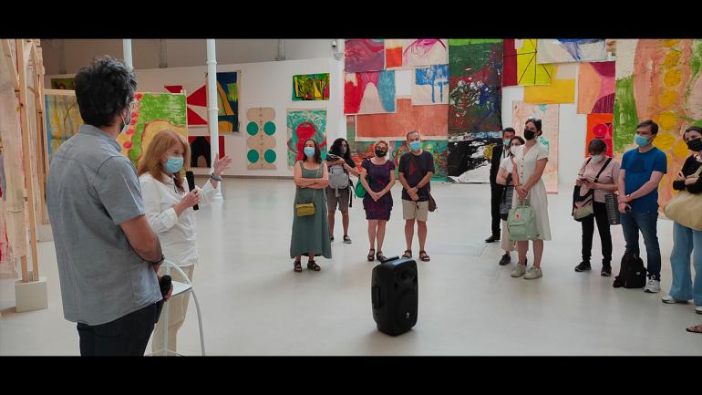 Recorrido por la exposición Vivian Suter, Museo Reina Sofía, 2021. A la izquierda, Chema González y Vivian Suter