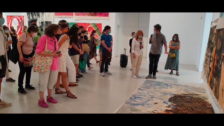 Recorrido por la exposición Vivian Suter, Museo Reina Sofía, 2021. A la derecha, Chema González y Vivian Suter