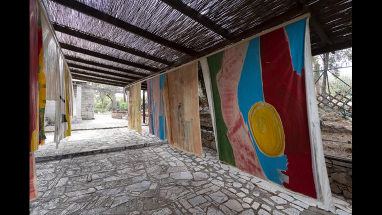Vivian Suter, Nisyros, 2017. Vista de instalación. Fotografía: Stathis Mamalakis. Cortesía documenta 14, Atenas