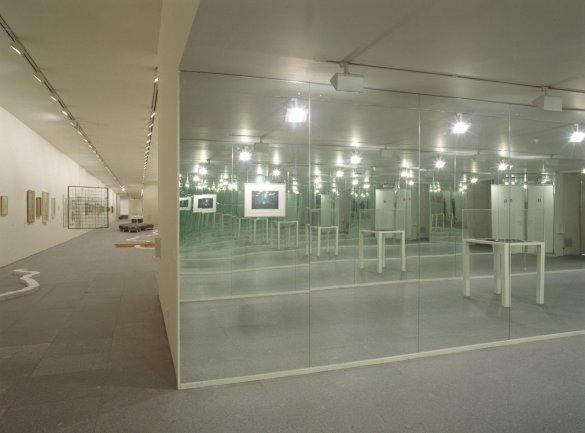 Vista de sala de la exposición. Versiones del Sur: Cinco propuestas en torno al arte en América. F[r]icciones, 2000