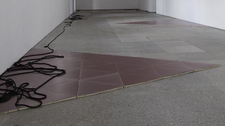 Vista de sala de la exposición. Leonor Antunes. camina por ahí. mira por aquí, 2011