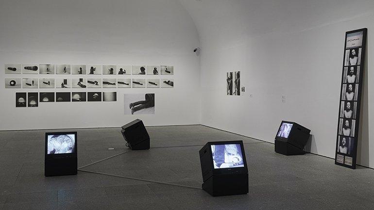 Vista de la exposición Artur Barrio. Experiencias y situaciones